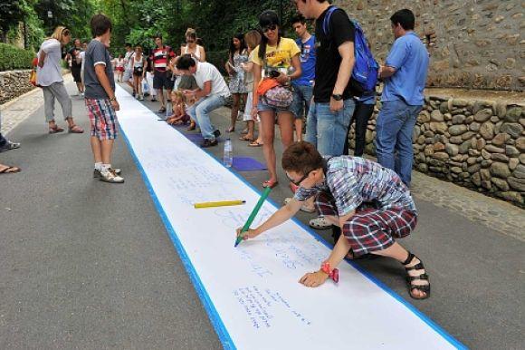 Gente de todas las partes del mundo que visita la Alhambra, ha colaborado en la creación de este Gran Poema