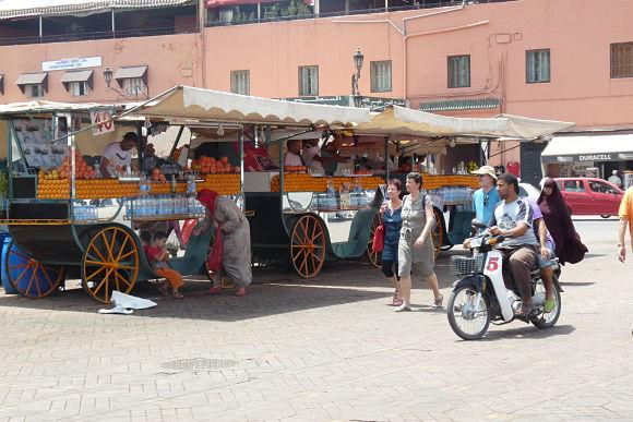 Una de las cosas más significativas de la plaza Jamaa el Fna son sus puestos de zumo de naranja
