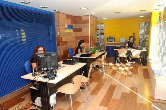 El interior de las agencias de viajes está cada vez más vacío