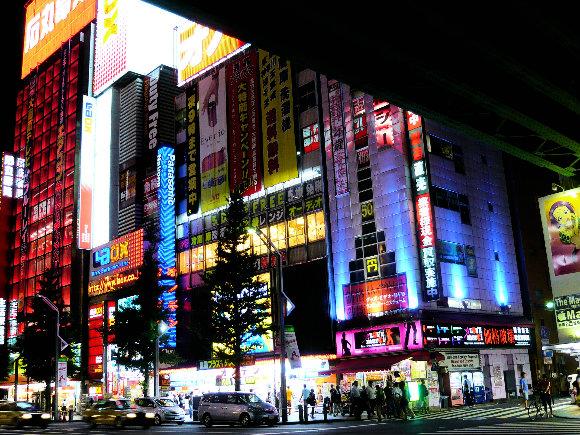 El barrio de Akihabara de noche dispuesto a ofrecernos todos los gadgets del mundo