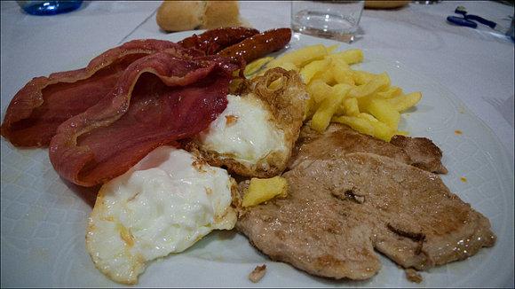 Típico almuerzo sanferminero para tomar fuerzas antes del chupinazo