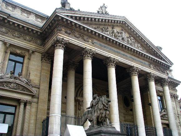 Fachada del edificio de Euronext Bruselas con las columnas dóricas al frente