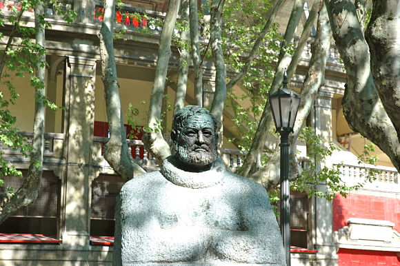 Busto de Ernest Hemingway a la entrada de la plaza de toros de Pamplona