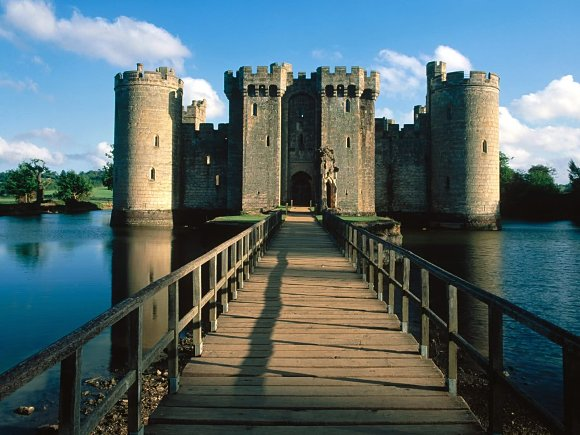 Fotografía de la entrada al castillo de Bodiam en Inglaterra, Reino Unido