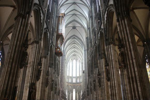 Arcos interiores de la gran Catedral de Colonia