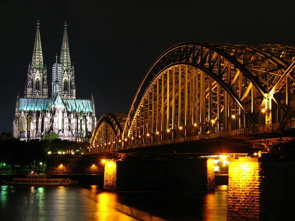Hermosa fotografía nocturna de la Catedral de Colonia en Alemania