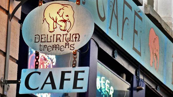 Cartel de la cervecería Delirium Tremens en Bruselas, conocida simplemente como Delirium Café