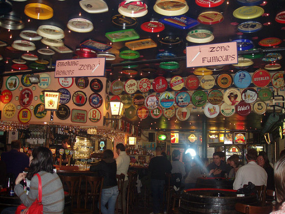 El interior de la cervecería Delirium Café de Bruselas llama la atención por su decoración