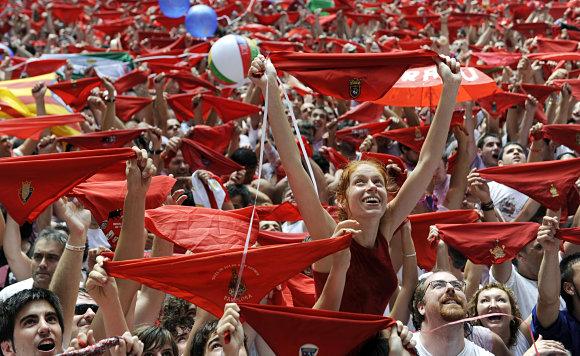 Los pañuelicos rojos en alto es sinónimo de comienzo de las fiestas de San Fermín