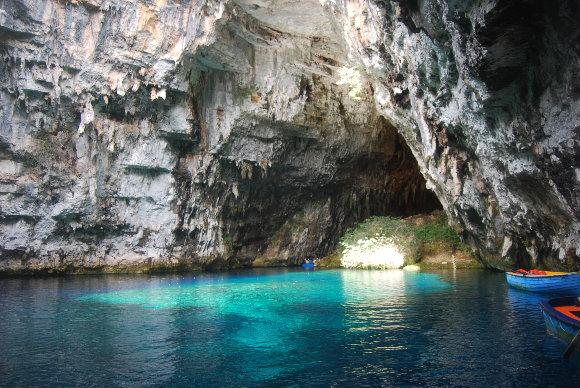En las cuevas de Melissani nos subiremos en una barca para ver de cerca el lago que las nutre