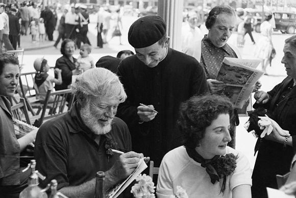 El escritor y periodista Ernest Hemingway firmando un autógrafo en Pamplona