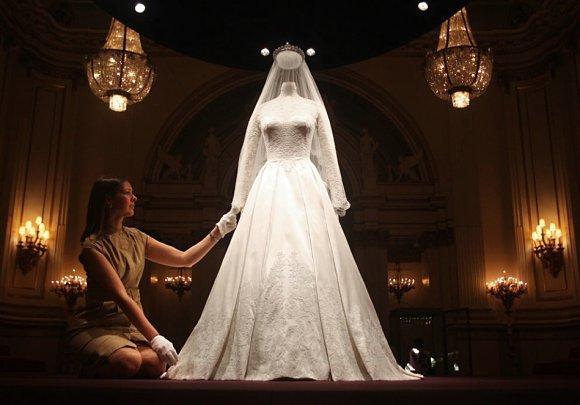 El vestido de novia de Kate Middleton se puede ver ahora en el interior del Buckingham Palace