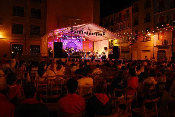 Escenario de Jazzfermin en la calle de la Merced de Pamplona en los Sanfermines