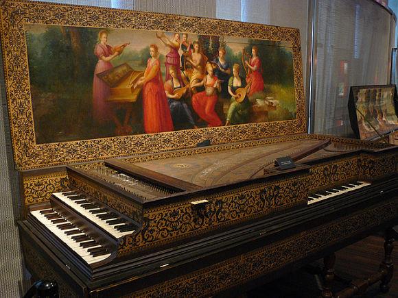 Fotografía de un antiguo piano dentro del Museo de Instrumentos Musicales de Bruselas
