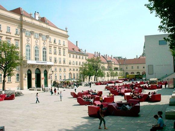 El Museumsquartier de Viena es un lugar de encuentro cultural con espacio para el recreo