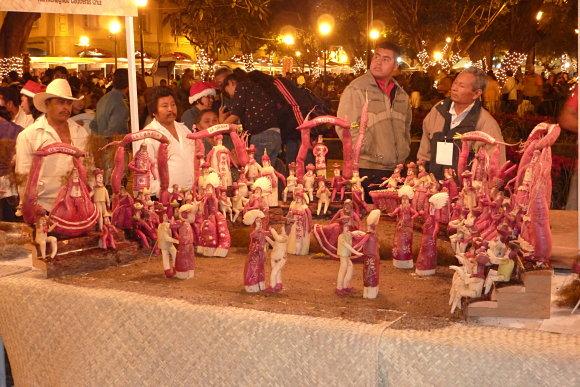 El frío no es problema en la noche de los rábanos de Oaxaca