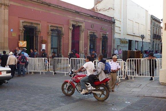 Policía mexicana cerrando el paso al zócalo en la noche de los rábanos de Oaxaca