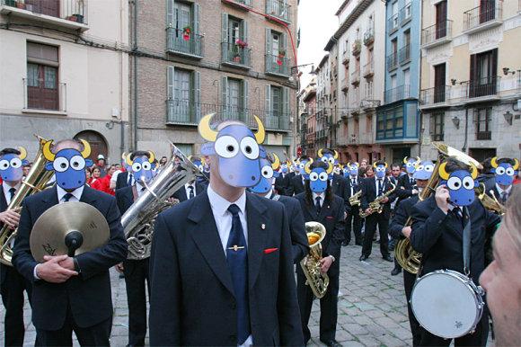 La banda de música la Pamplonesa vestida con caretas de toro en los Sanfermines