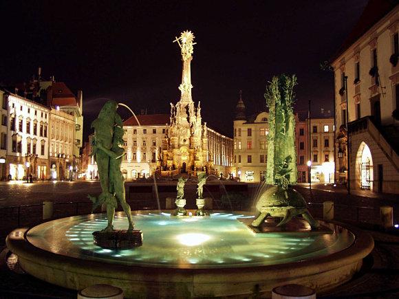 Principal plaza de Olomouc con la Columna de la Santísima Trinidad al fondo