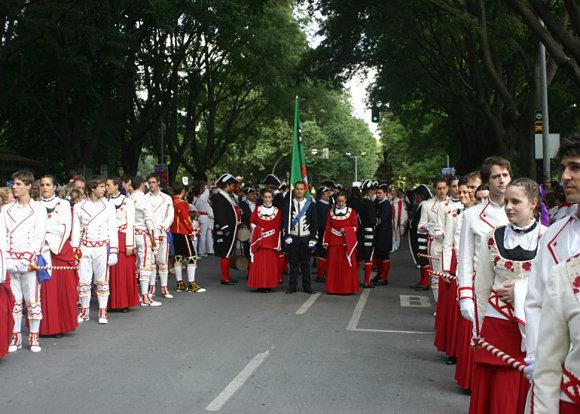Desfile de la procesión del 7 de julio, con sus vestidos de gala, en los Sanfermines