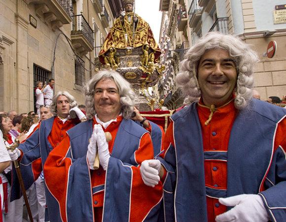 Hay que ir bien vestidos para llevar la imagen de San Fermín en la procesión