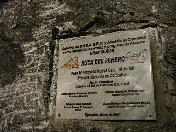 En la Catedral de sal de Zipaquirá encontraremos elementos de homenaje a los mineros de la sal que hicieron de la mina un espacio religioso y cultural
