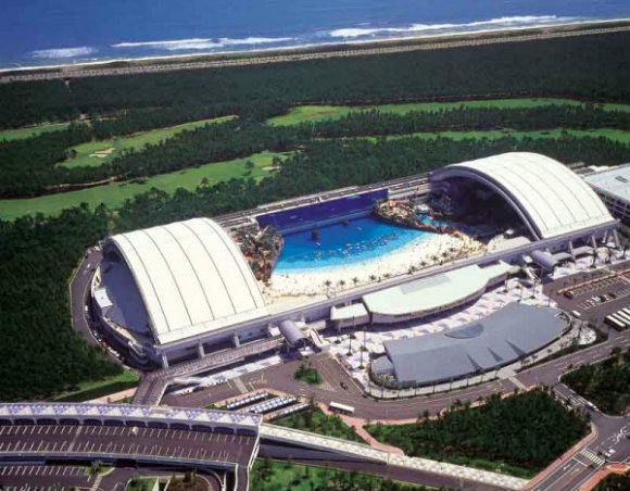 La playa artificial de Seagaia Ocean Dome incluye un techo panorámico abatible