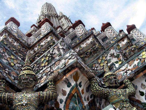 La decoración en detalle del templo de Wat Arun de Bangkok