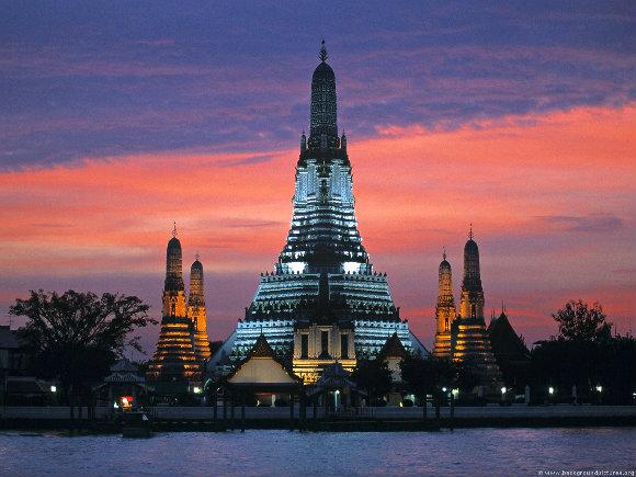 Hermosa imagen nocturna del templo Wat Arun de Bangkok, capital de Tailandia