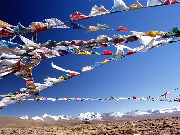Fotografía de una explanada con las montañas al fondo en el Tíbet