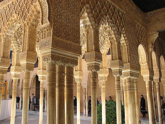 Las columnas que rodean al Patio de los Leones cuentan con una bella y detallada decoración