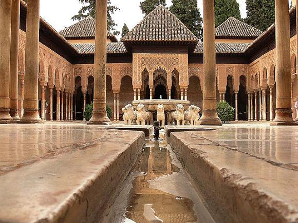 Desde el centro del Patio de los Leones fluyen cuatro pequeños arroyos que llegan a las salas y simbolizan los cuatro ríos del paraiso