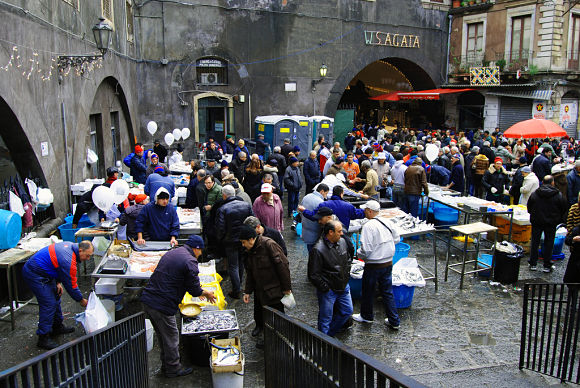 Por las mañanas, el mercado de la Pescheria se llena de gente dispuesta a conseguir el pescado más fresco y apetecible