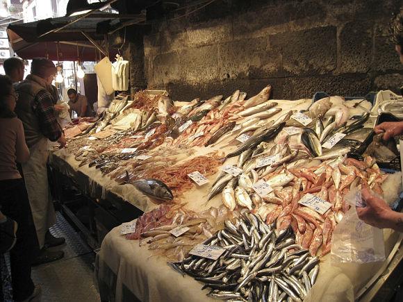 En la Pescheria también tendremos la opción de comprar el pescado y consumirlo allí directamente