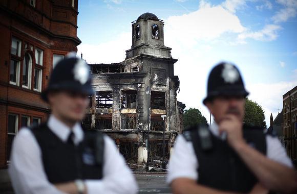 Un enorme despliegue policial está tratando de controlar la situación para terminar con el caos que reina ahora en Reino Unido