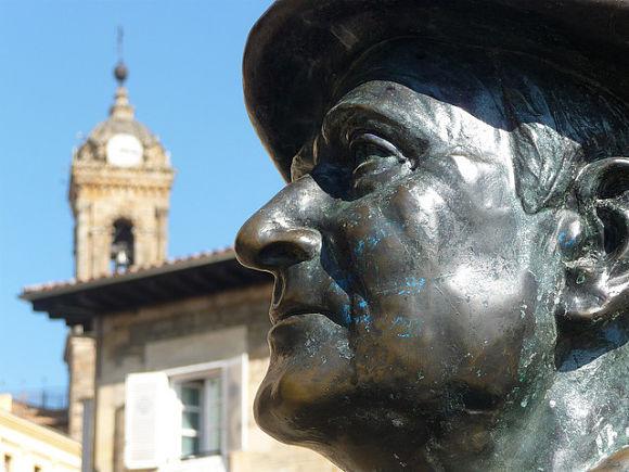 La escultura de Celedón, con la cara de Isasi, nos aguarda en la balconada de San Miguel