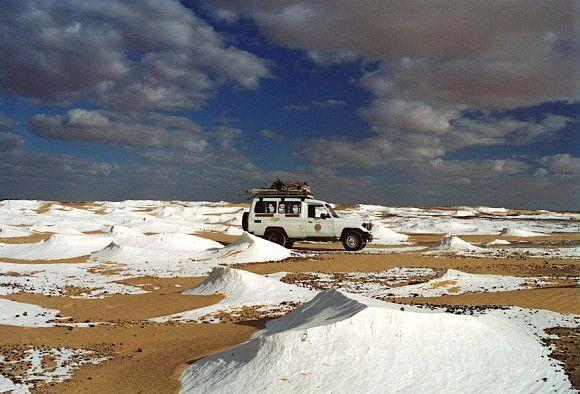 Jeeps autobuses excursiones desierto blanco Farafra Egipto