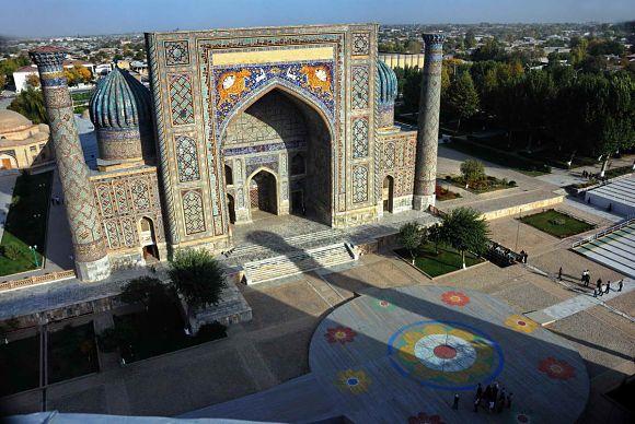 Bonita vista de Sher-Dor Madrasah con sus tigres aposentados en el arco de la entrada