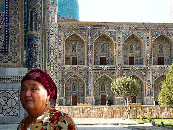 Señora uzbeka paseando por la Plaza de Registán en Samarcanda, Uzbekistán