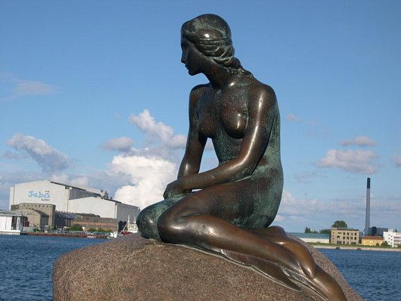 La sirenita de Copenhague posa su mirada en el mar Báltico
