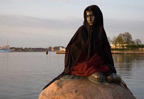 La sirenita de Copenhague vestida de musulmana en la bahía del puerto
