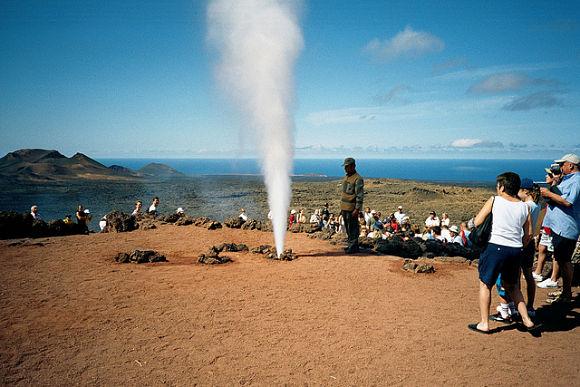Típica fotografía del despertar del geyser del Parque Nacional del Timanfaya