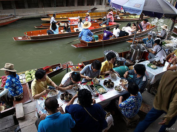 Gente comiendo mercado Bangkok
