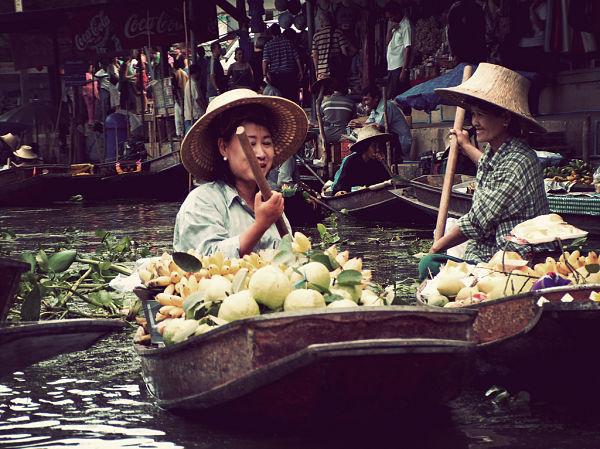 Mercado flotante Bangkok mujeres