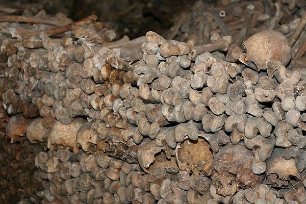 Catacumbas París huesos