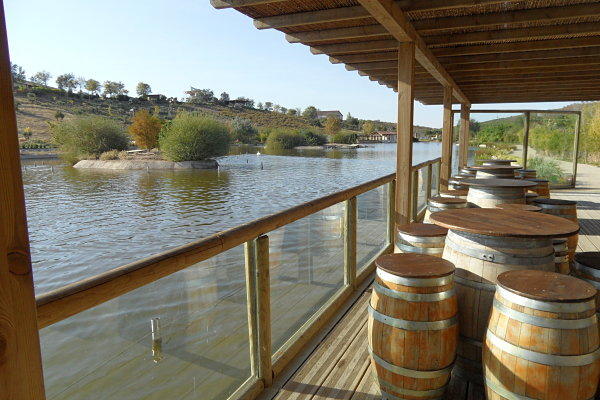 Coqueto bar situado a orillas del lago que separa la Feria de la Granja en Sendaviva