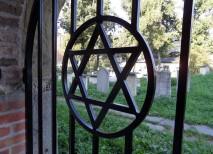 Una estrella de David sirve de ventana al cementerio viejo del barrio judío de Cracovia