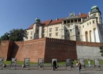 El Castillo de Wawel se impone sobre las cabezas de los turistas en Cracovia