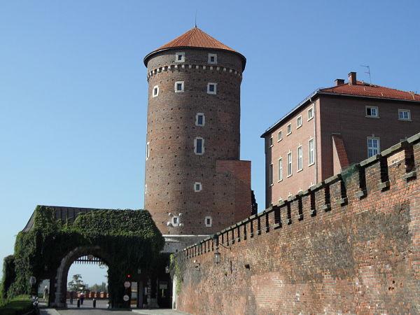 Una de las entradas a la colina de Wawel con la torre Sandomierska al fondo