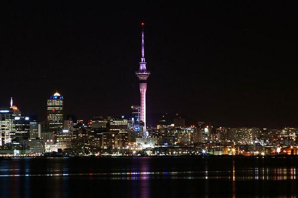 sky tower noche